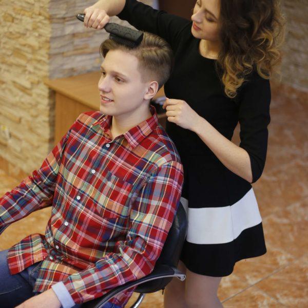 парикмахер за работой